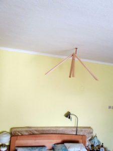 stropna-pyramida-nad-postelou