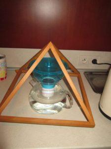 stolna pyramída na potraviny a vodu
